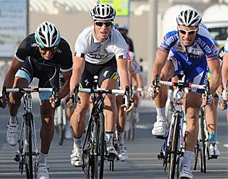 El australiano Mark Renshaw, en el centro, en una etapa en la vuelta a Qatar en la que logró el triunfo