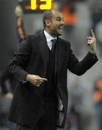 Pep Guardiola dando instrucciones a sus jugadores en El Molin�n.