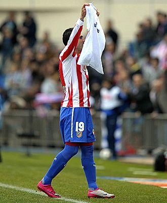 Reyes muestra la camiseta de apoyo a Asenjo