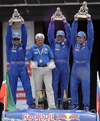 Vladimir Chagin (derecha) celebra el título en el Dakar junto a sus compañeros.