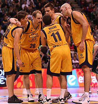 Los jugadores del Gran Canaria hacen pi�a en un partido