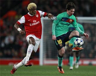 Song y Messi pelean por el bal�n.