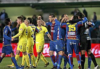 Los jugadores del Levante celebran su triunfo en El Madrigal.