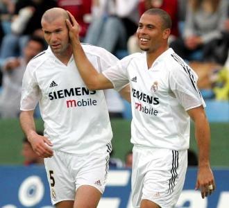 Zidane y Ronaldo celebran un gol