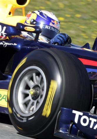 Sebatian Vettel, a los mandos de su RB7 en Montmel�