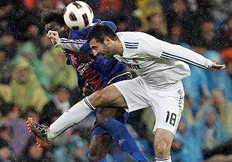 Albiol pugna por un bal�n con Caicedo.