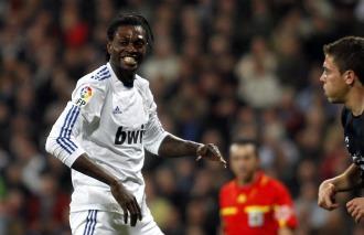 Adebayor lamenta una ocasión perdida con el Madrid