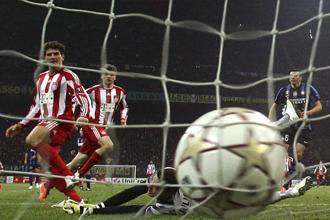Julio C�sar mira impotente el bal�n entrando en su porter�a en el partido frente al Bayern.