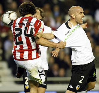 Javi Martínez y Bruno pelean por un balón durante el partido de ida celebrado en Mestalla y que terminó con victoria del conjunto che por 2-1.