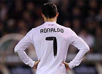Cristiano Ronaldo, con los brazos en jarra tras errar una ocasi�n de gol en Riazor.