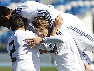 Los jugadores del Castilla celebran el gol de Denis al Cacere�o