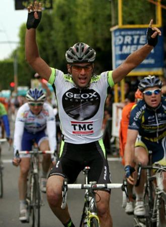 Pelucchi ganando en la meta de Almería
