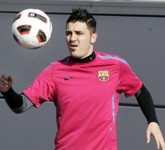 Villa controla un bal�n en un entrenamiento