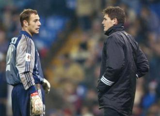 Carlos S�nchez, conversando con Iker Casillas.
