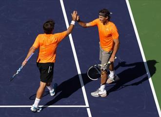 Nadal y Marc L�pez se felicitan por su triunfo en dobles.