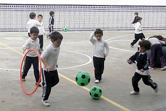 Unos niños jugando en el colegio