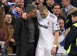Benzema dialoga con Mourinho durante el partido de Champinos frente al Lyon.