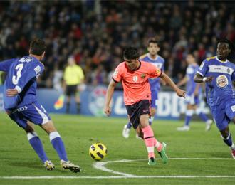 Villa intenta conducir el bal�n en una instant�nea del partido de ida.