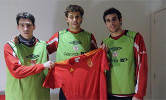 Iraola, Llorente y Javi Martínez posan con la camiseta de España.
