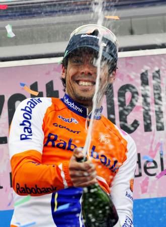 Óscar Freire en el podio del año pasado, duando ganó por tercera vez la 'Classicissima'