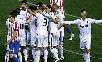 Cristiano protesta mientras los jugadores celebran el gol de Ozil con Domínguez abatido