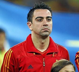 Xavi escucha el himno antes de un partido de la selecci�n.