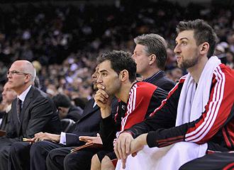 Calder�n observa con rostro de preocupaci�n la derrota de los suyos ante Golden State.