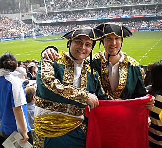 La selección española de Seven no estuvo sola en Hong Kong... ya que unos 15 españoles que residen en China se acercaron a animar vestidos de toreros... inadvertidos no pasaron