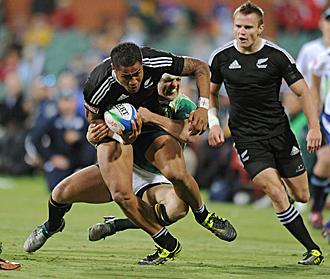 Frank Halai es placado durante la final del Seven de Adelaida ganada por los 'All Blacks' a Sudáfrica... el jugador neocelandés anotó uno de los cuatro ensayos de su equipo en la final