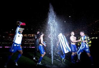 Los jugadores del Oporto celebraron su título a oscuras y con los aspersores encendidos.