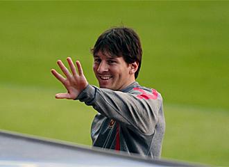 Messi bromea tras el entrenamiento del Barcelona.