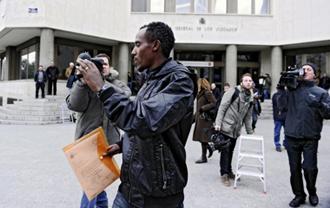 Alemayehu Bezabeh en las inmediaciones de los Juzgados de Plaza de Castilla