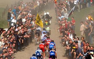 Los ciclistas, afrontando uno de los tramos de pavé