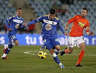 Albin controla el balón ante la presencia del espanyolista Luis García