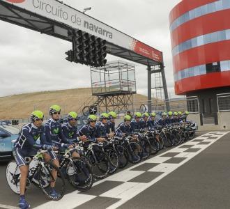Los corredores del Movistar en la salida del circuito de Navarra.