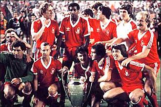 Los jugadores del Nottingham Forest posan con la Copa de Europa de 1980