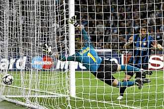 Milito bate a Valdés en el Giuseppe Meazza.