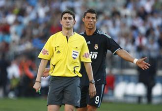 Undiano Mallenco, arbitrando al Real Madrid esta temporada