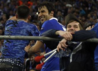 El delantero, disfrutando con los aficionados