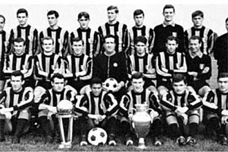 La plantilla del Inter posa con la Copa de Europa y la Intercontinental