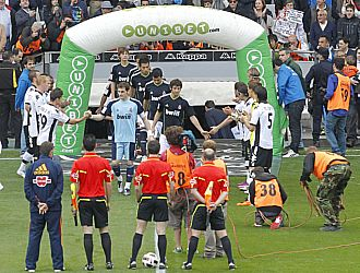 Los jugadores del Valencia hacen el pasillo a los jugadores madridistas