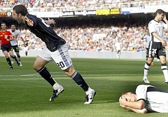 Higua�n celebra su primer gol en Mestalla.