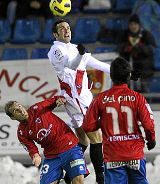 Borja Gómez despeja de cabeza un balón durante el partido del Rayo en Soria.
