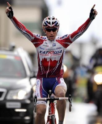Brutt celebrando la victoria en meta.