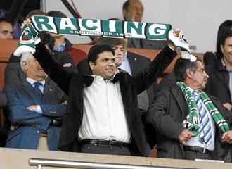 Ali Syed con la bufanda del Racing