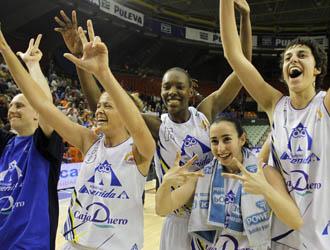 Las jugadoras de Perfumerías Avenida celebran el título.