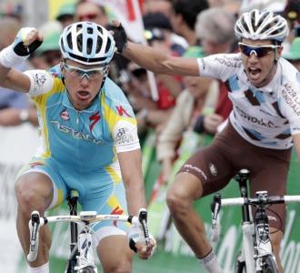 Vinokourov celebra la victoria pese a las quejas de Cherel.
