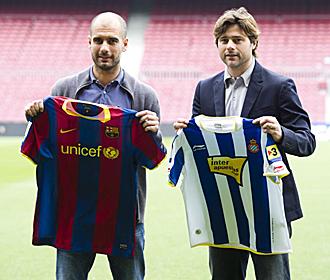 Guardiola y Pochettino posan sobre el c�sped del Camp Nou en la tradicional foto de los t�cnicos antes del derbi barcelon�s.