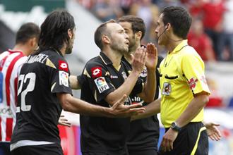 Los jugadores del Dépor protestan un penalti en Gijón