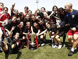 Las jugadoras del Rayo posan con el trofeo conquistado ante el Espanyol